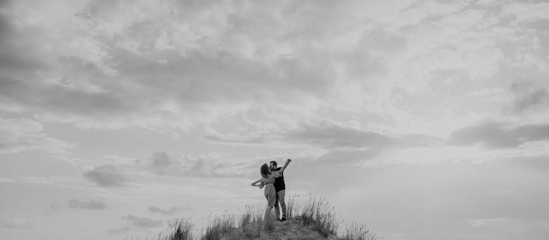 Romantische koppelshoot in de Belgische duinen